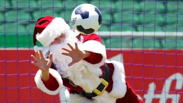 Коллега Деда Мороза - Санта Клаус - играет в футбол
