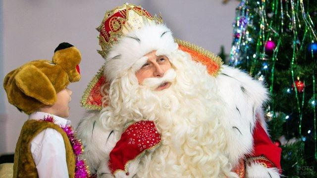 Малыш в костюме собаки рассказывает стишок Деду Морозу