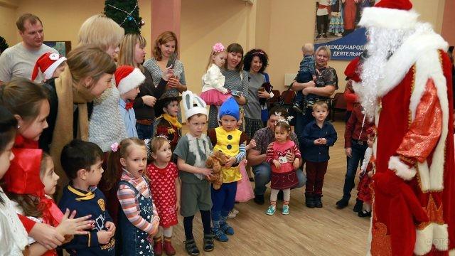 Малыши в маскарадных костюмах рассказывают стихи Деду Морозу