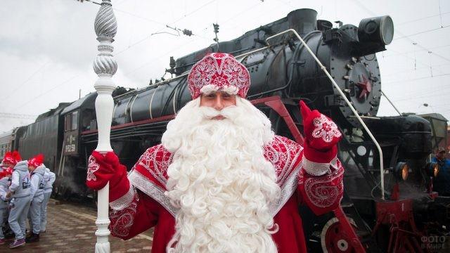 Путешествующий Дед Мороз у старинного паровоза
