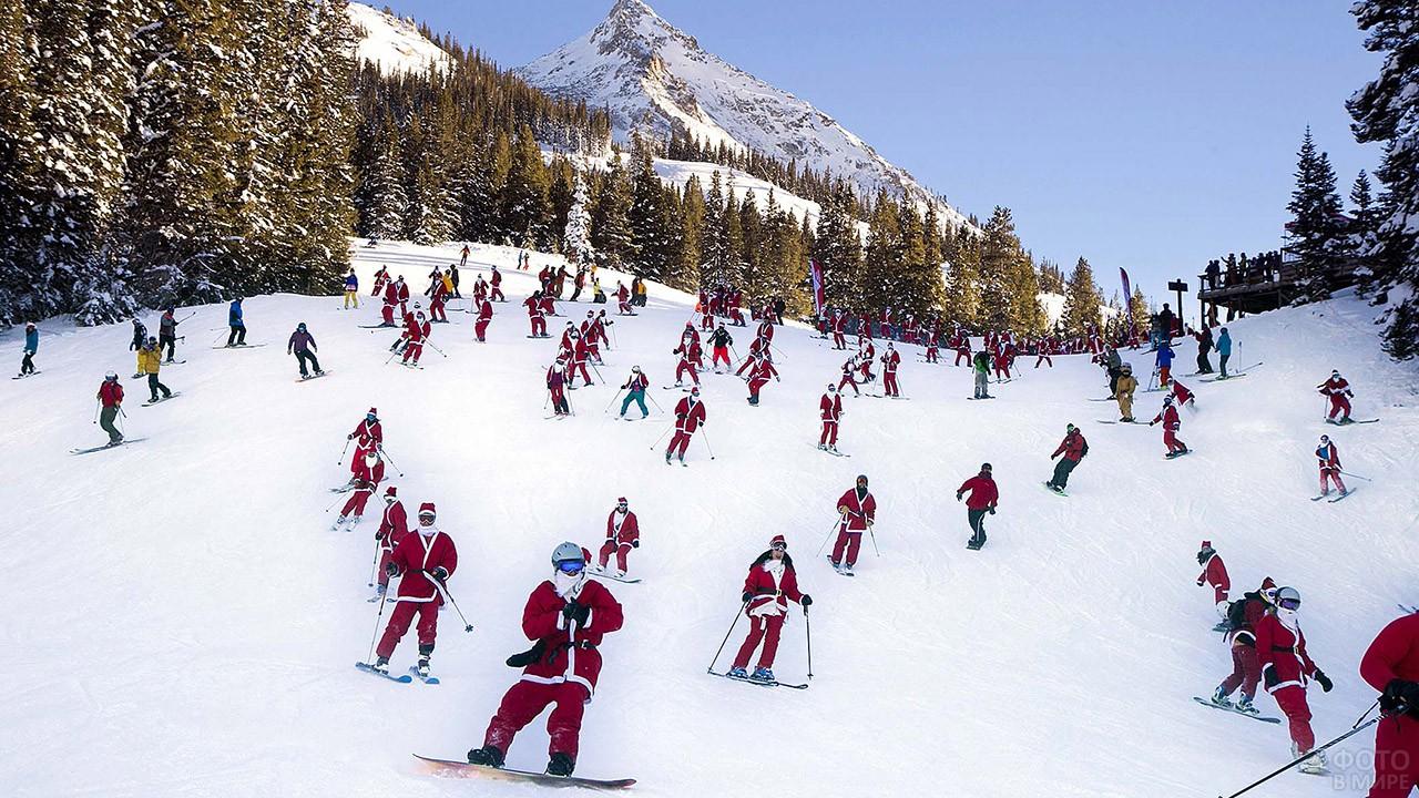 Спуск с горы в костюмах Санта-Клаусов