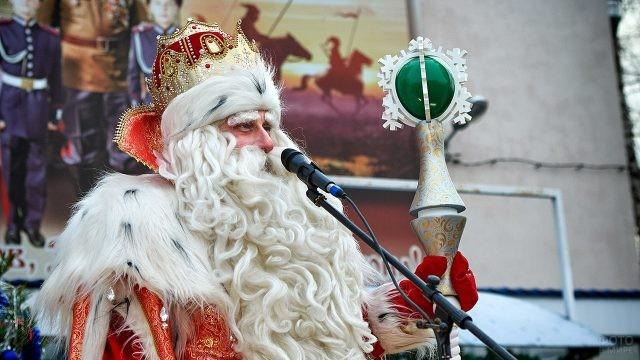 Всероссийский Дед Мороз из Великого Устюга у микрофона на сцене