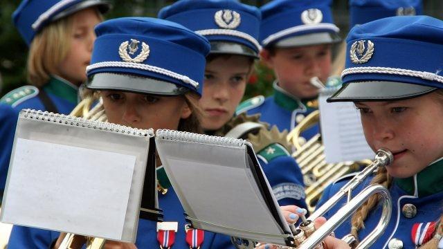 Юные музыкантки духового оркестра