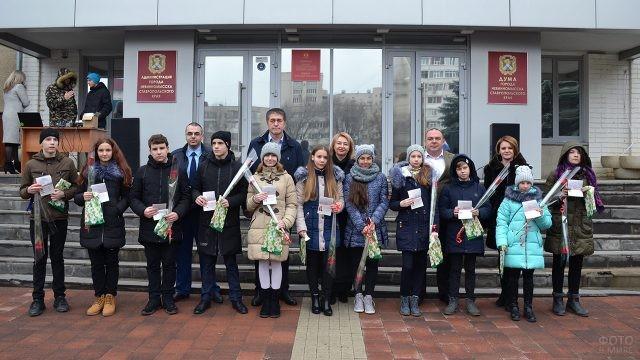 Подростки с паспортами и представители городской администрации