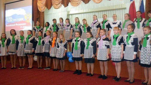 Школьницы выступают на праздничном концерте