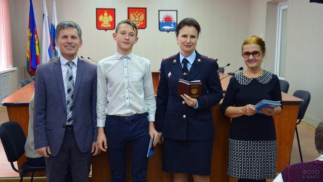 Школьник получил паспорт в День Конституции