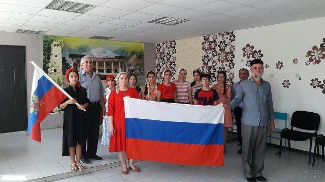 Школьники и педагоги сельской школы с флагом РФ