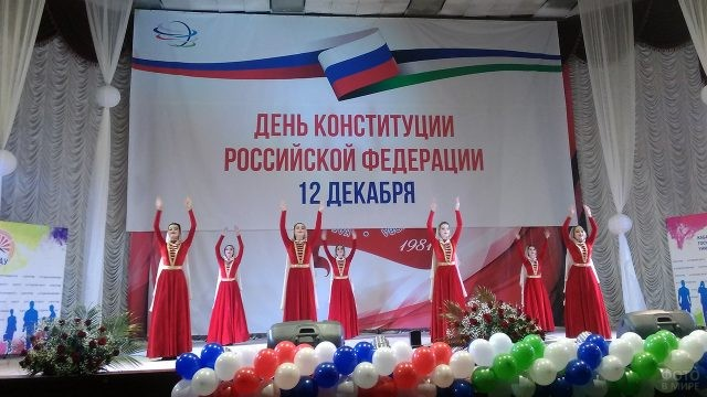 Танец в национальных костюмах на праздничном концерте