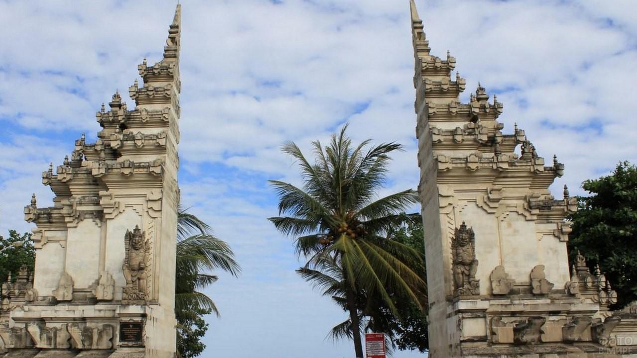 Чанди Бентар - расколотые ворота на Бали
