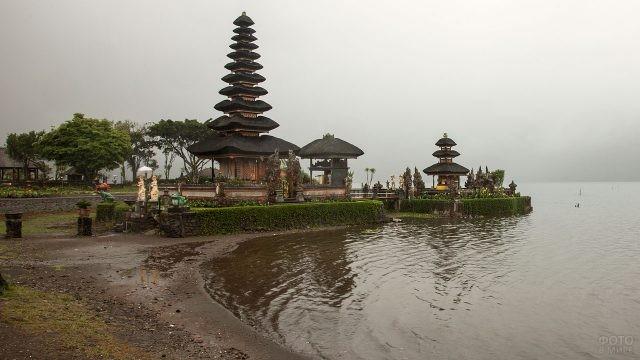 Храм Улун Дану на озере Братан