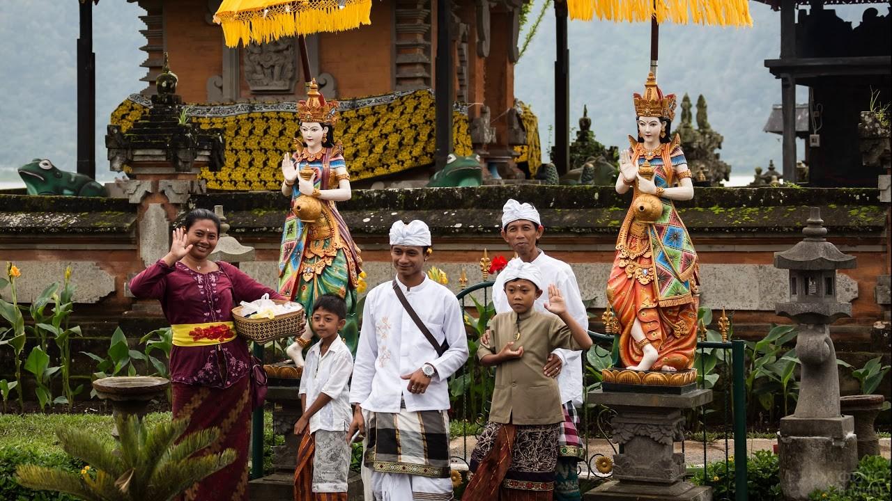 Индуисты стоят около религиозного храма