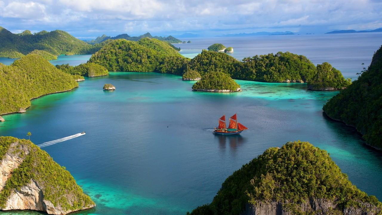 Парусник на водной глади острова Бали