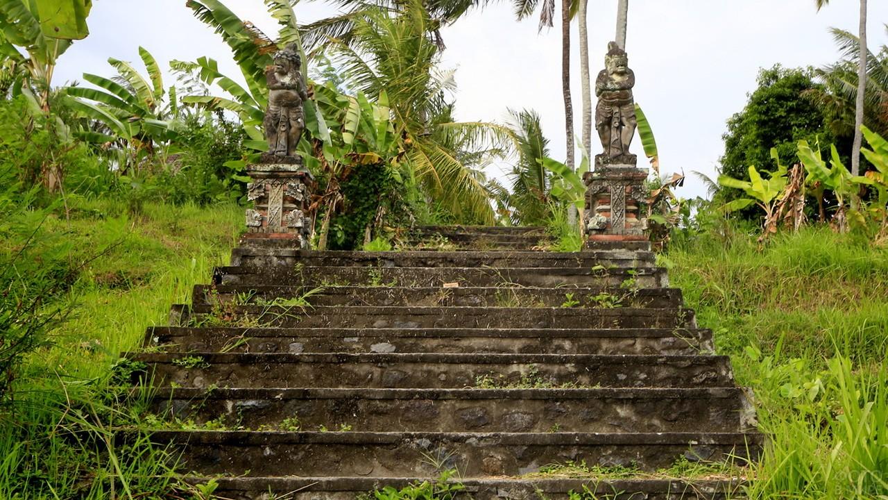 Ступени, ведущие к статуям