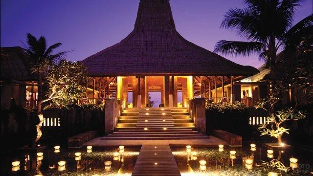 Вход в отель Maya Ubud Resort Spa
