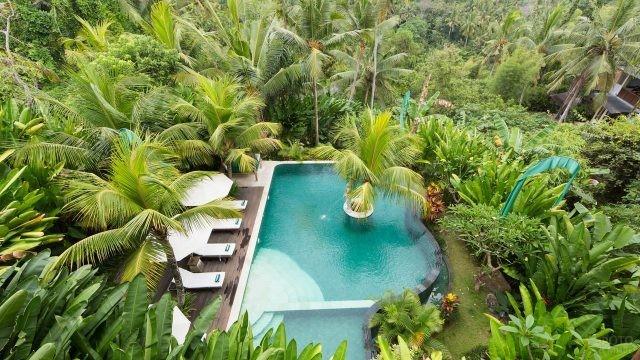 Вид сверху на бассейн в отеле