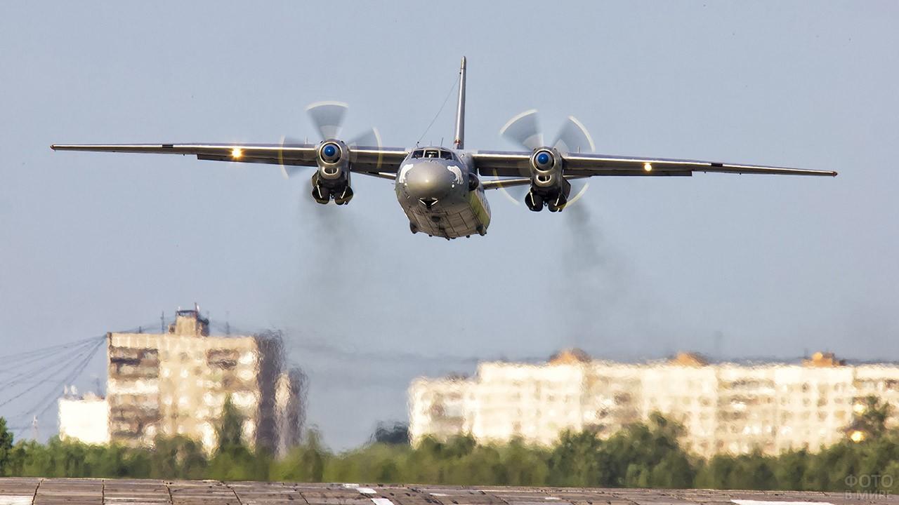 Ан-26 взлетает над ВПП Остафьево
