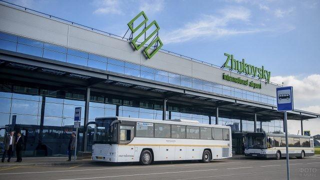 Автобусы-шаттлы у аэровокзала Жуковский