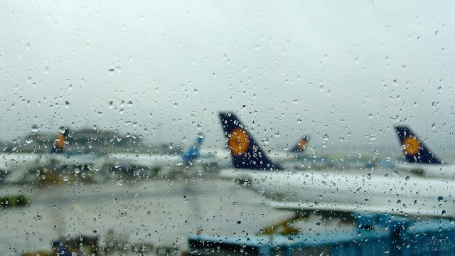 Капли дождя на окне зала ожидания