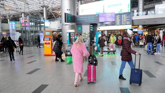 Многолюдное фойе аэровокзала Домодедово