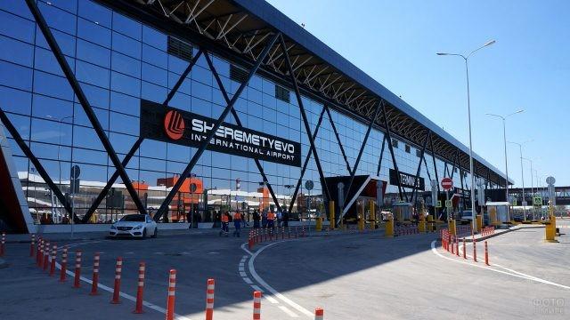 Парковка перед терминалом B в Шереметьево