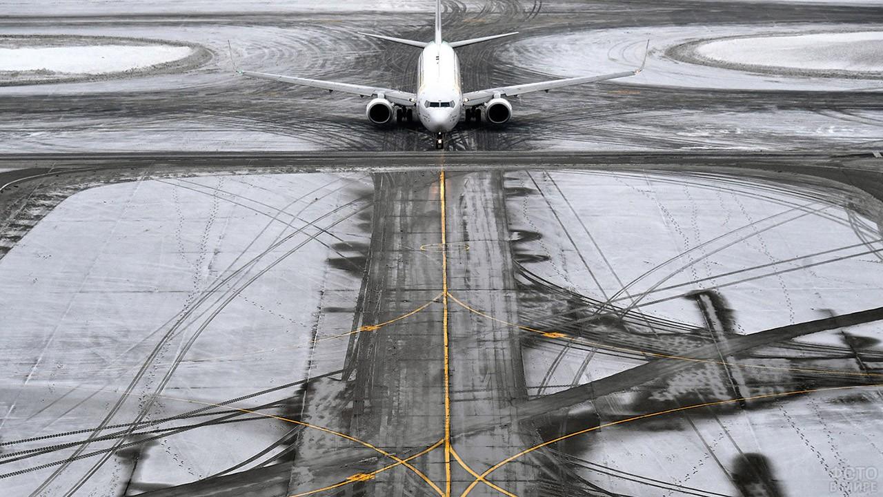 Самолёт на заснеженной ВПП