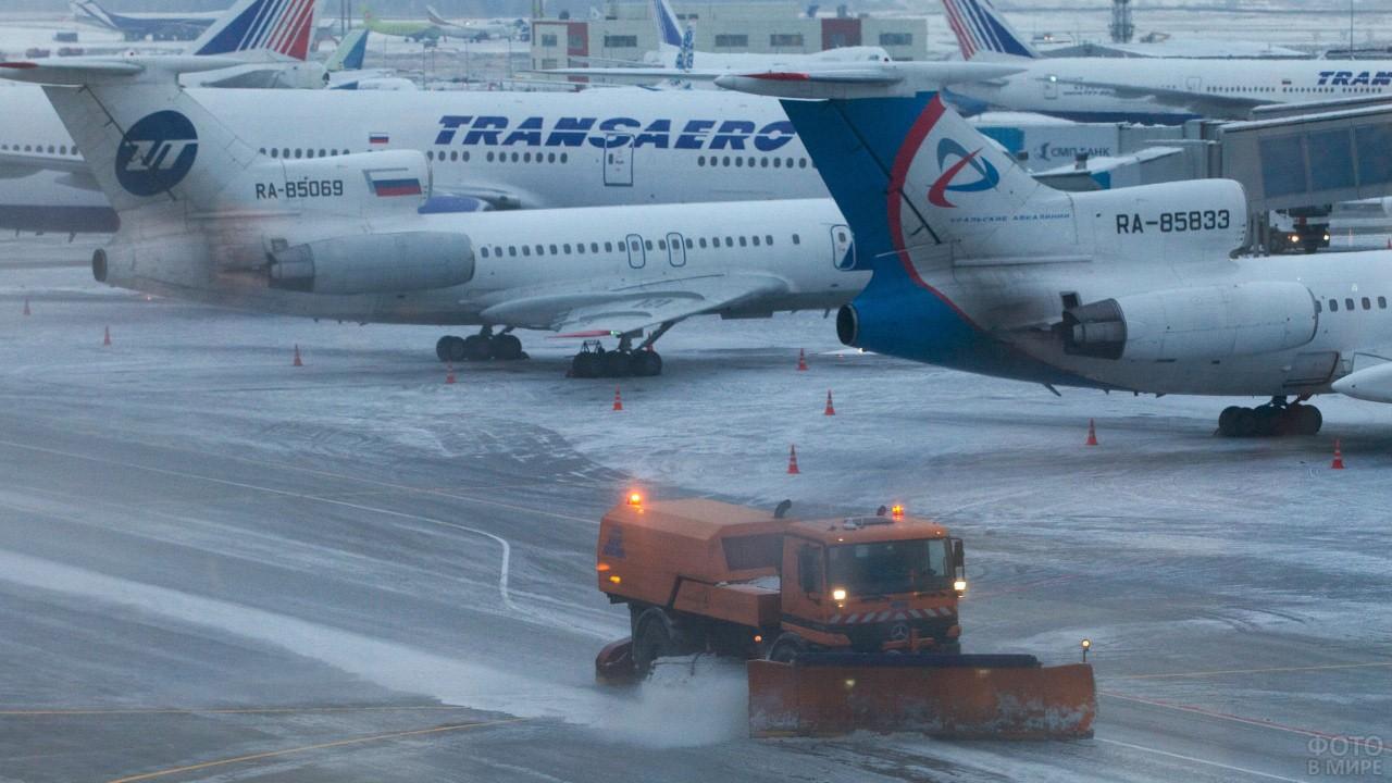 Снегоуборочная машина на перроне аэровокзала