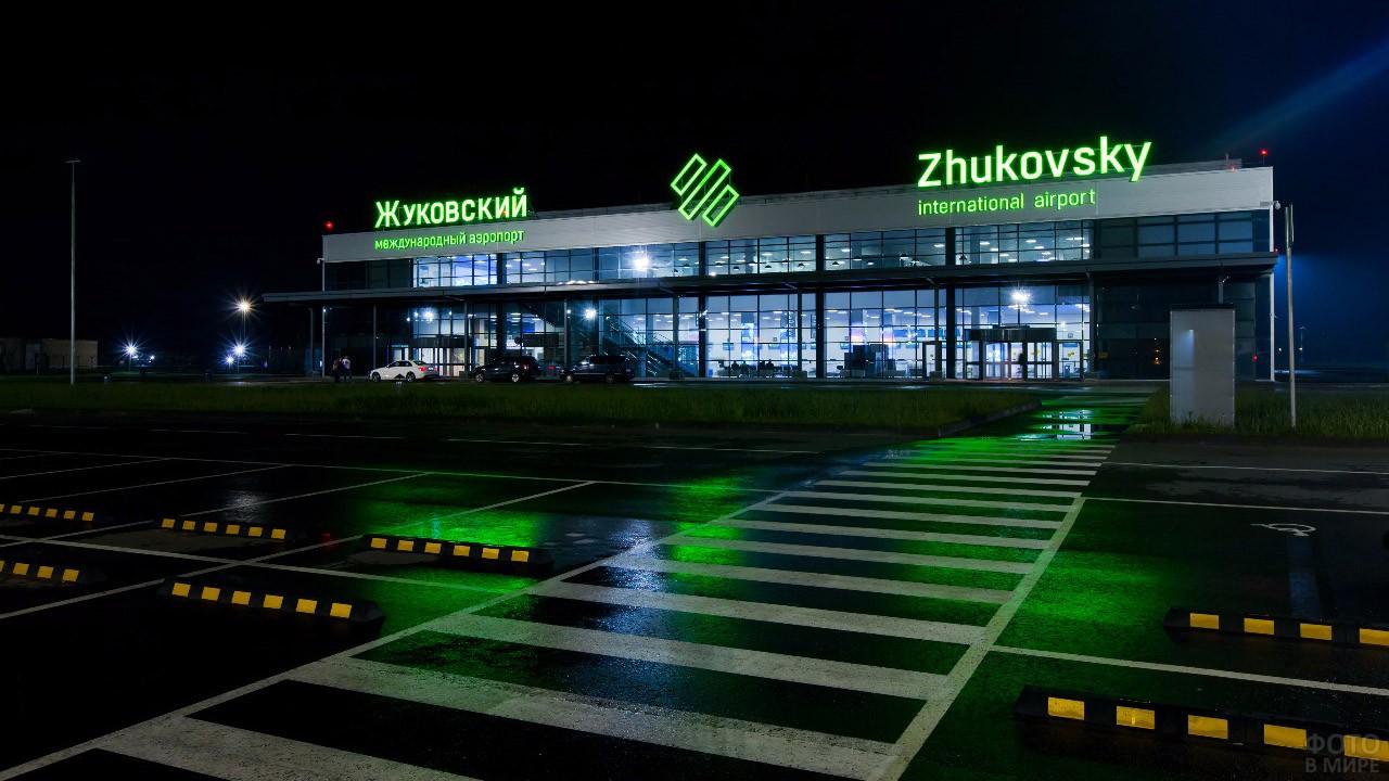Вечерняя иллюминация фасада аэровокзала Жуковский