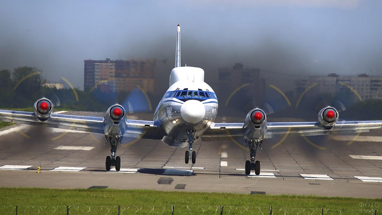Военный самолёт на ВПП аэропорта Остафьево