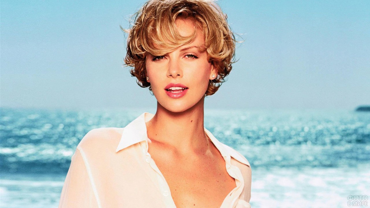 Блондинка на фоне моря