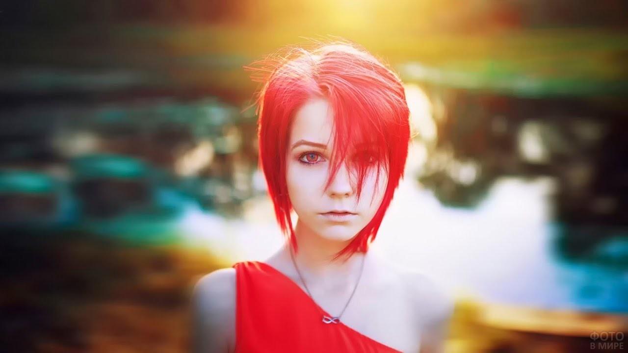 Девушка с короткими красными волосами