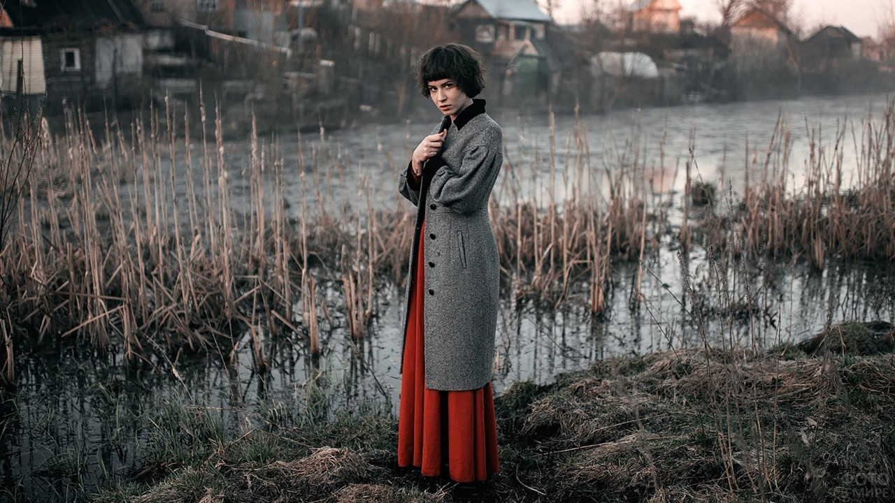 Девушка с короткими волосами у деревенского болота