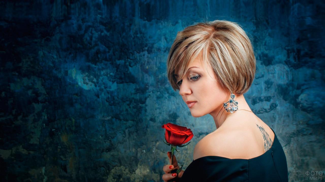Девушка с розой в руке