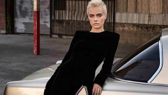 Кара Делевинь в чёрном платье