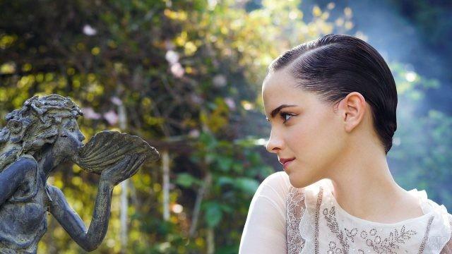 Коротко стриженая Эмма Уотсон смотрит на скульптуру