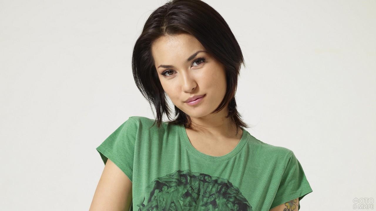 Темноволосая девушка в зелёной футболке