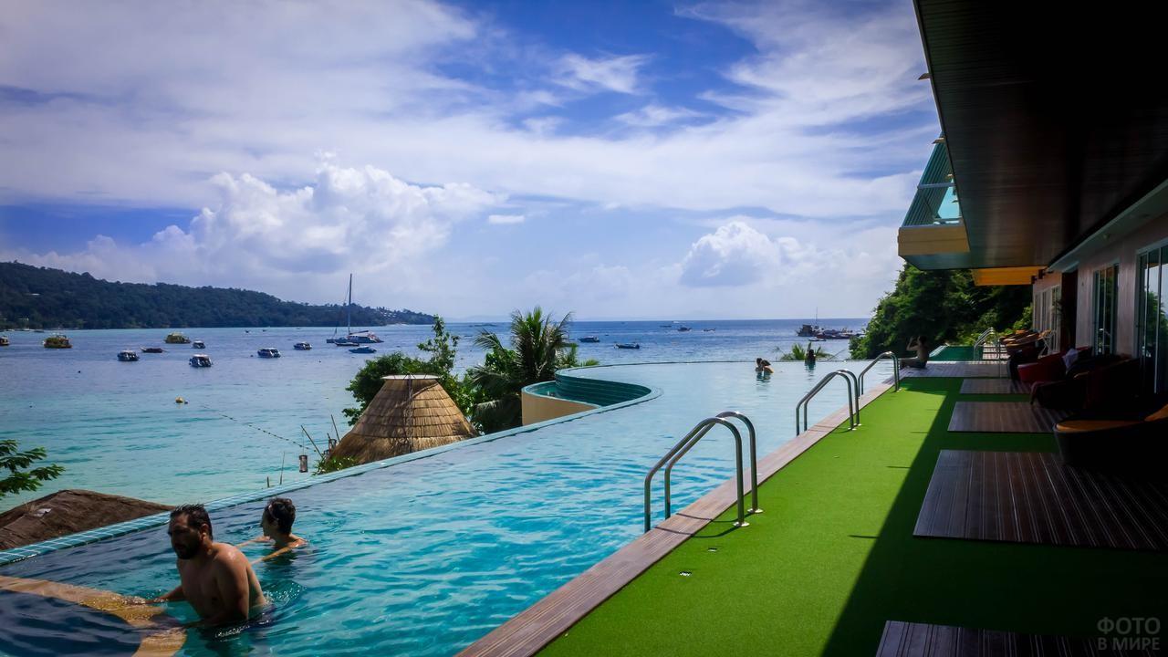 Бассейн в отеле около моря