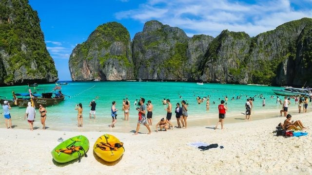 Две надувные лодки лежат на песке
