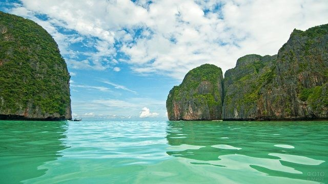 Лазурное море в бухте Майя Бэй