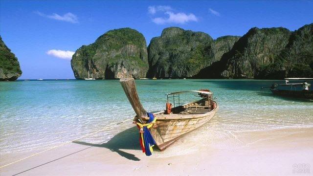 Лодка на побережье острова