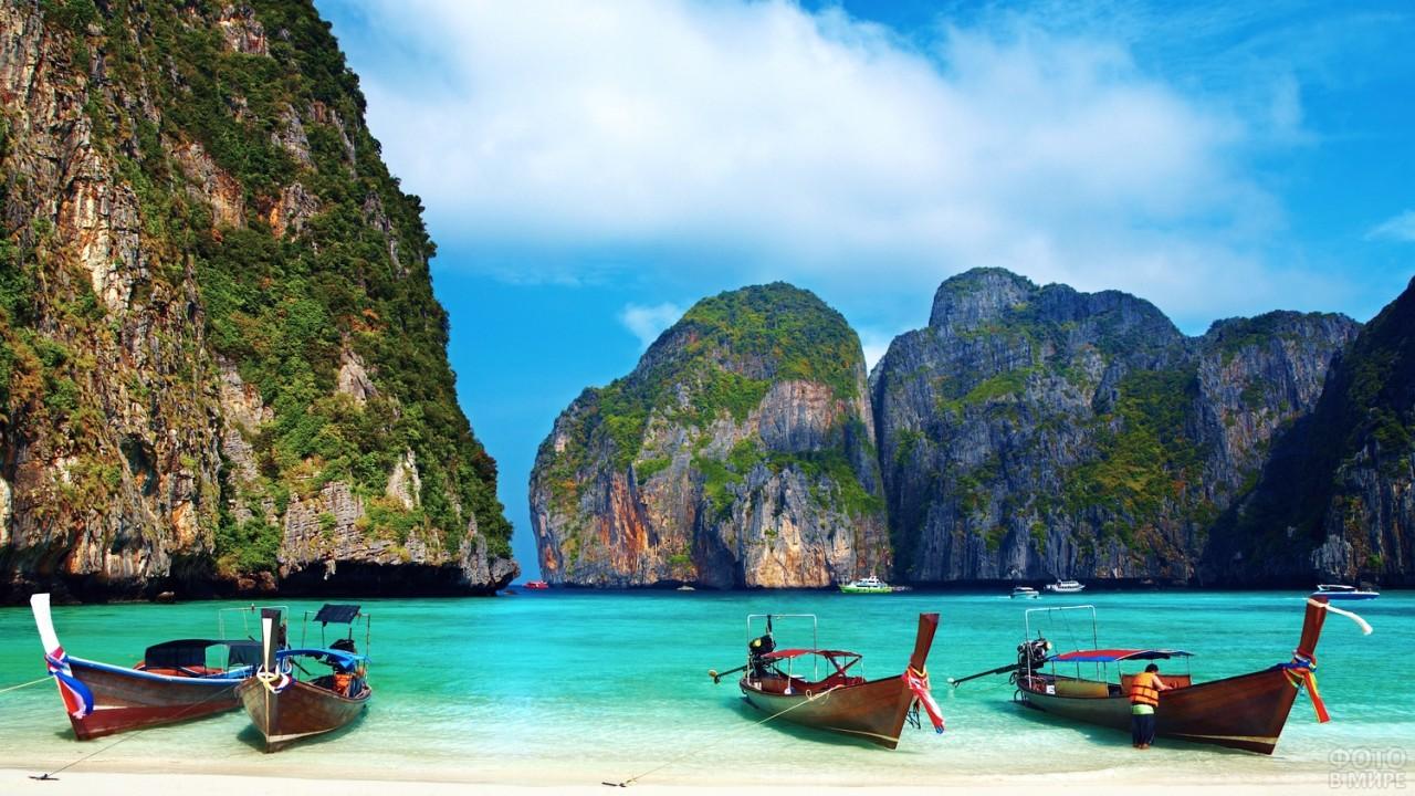 Лодки на берегу острова Пхи-Пхи