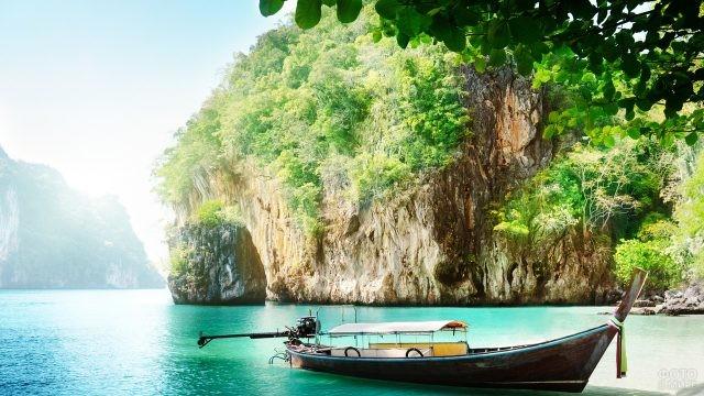 Одиночная прогулочная лодка в море