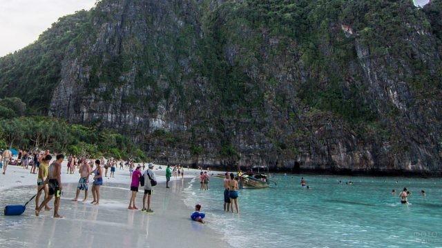 Песчаный пляж с отдыхающими