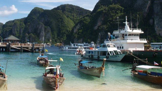 Прогулочные катера и лодки на острове