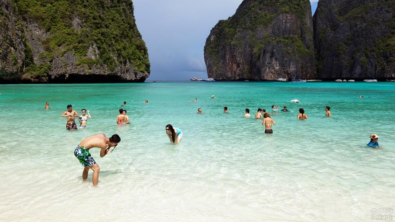 Туристы купаются в море