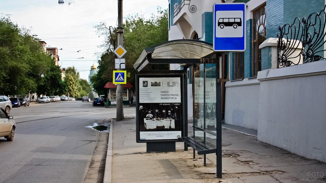 Афиша художественной выставки на автобусной остановке