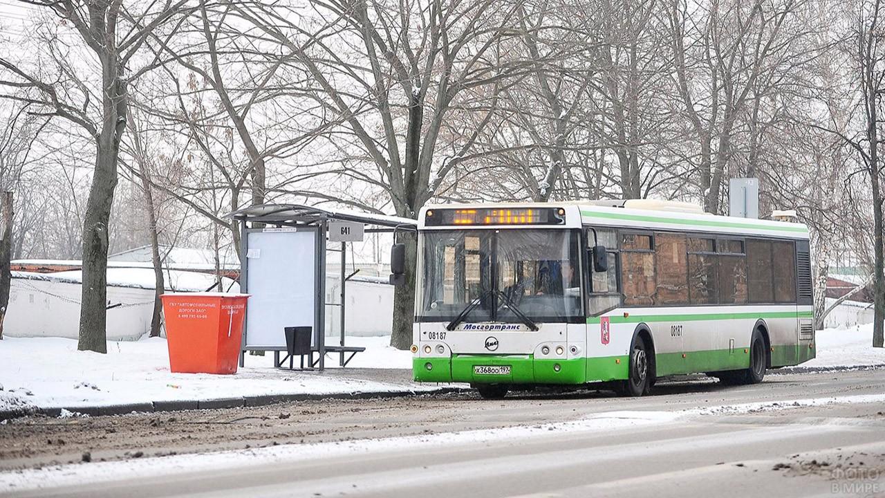 Автобус на заснеженной остановке