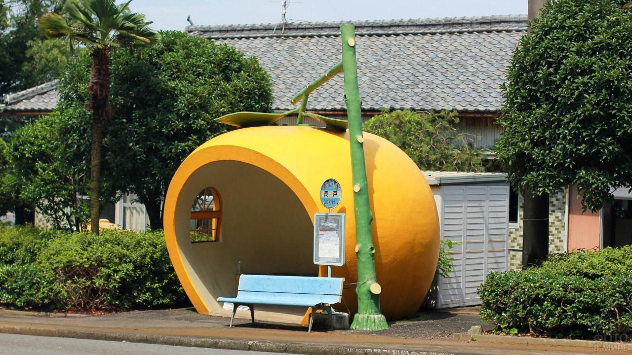 Японский остановочный павильон в виде апельсина на ветке