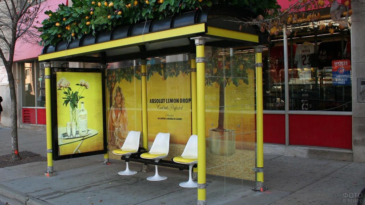 Концептуальная реклама на автобусной остановке