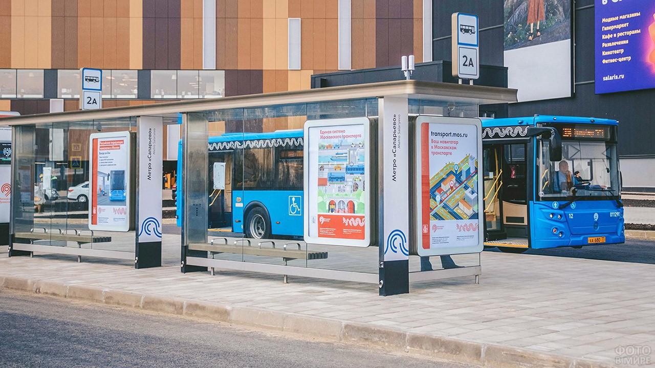 Московский автобус 2А на остановке