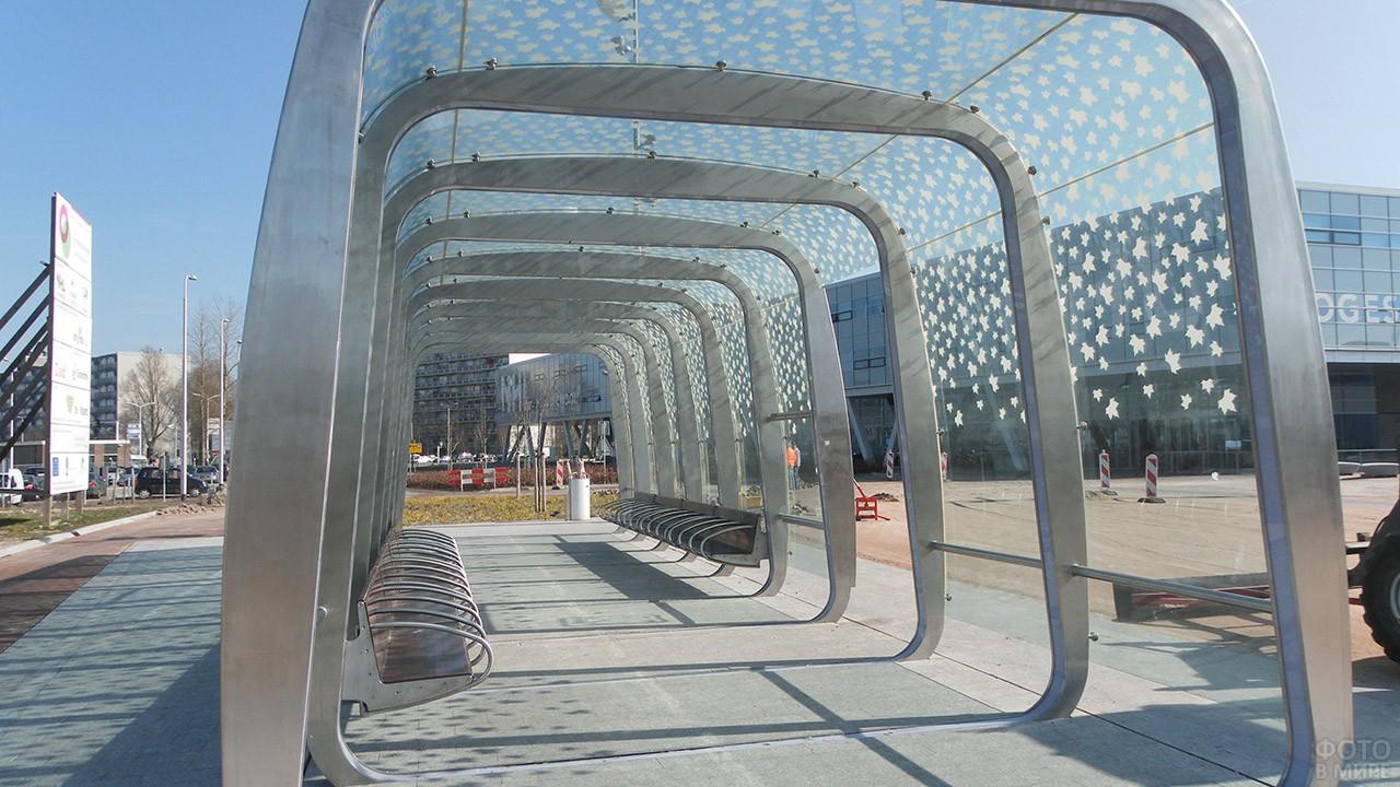 Необычная автобусная остановка-арка